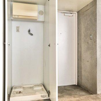 【2F】玄関横は洗濯機置き場になっています。※写真は前回募集時のものです