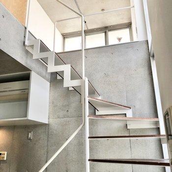 【2F】下りてきた階段を見上げてみます。