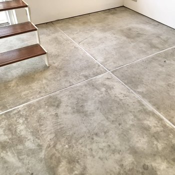 【2F】床はコンクリートになっています。