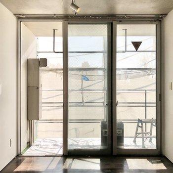 【3F】壁一面が窓で、開放感ある空間です。