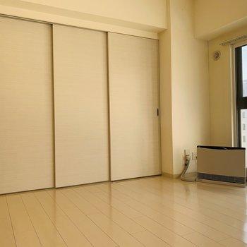 リビング横の4.9帖の洋室を仕切る扉