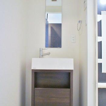 洗面はちょっぴり大人っぽく。※写真は同タイプの別室
