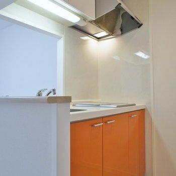 オレンジのキッチンで清潔感アップ。※写真は同タイプの別室