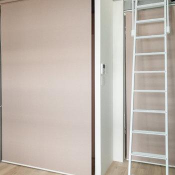 キッチンと廊下はロールスクリーンで隠せるんです。