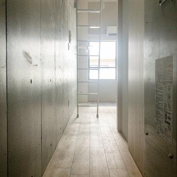 廊下にもコンクリート打ちっぱなしの壁が。