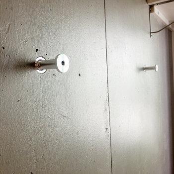 壁にはフックが付いています。