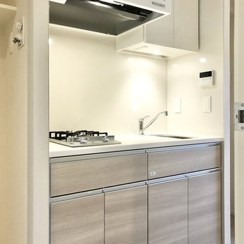 キッチンの右横には冷蔵庫を置くスペースもあります。