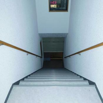 帰りに暗くても手すりが支えてくれる階段