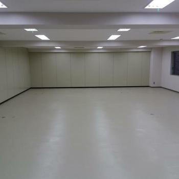 白で統一された広い空間