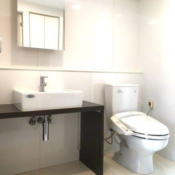 サニタリールームもシンプルで清潔感あります! 洗面台のとなりに洗濯機が置けます。