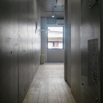 廊下にもコンクリートの壁が。
