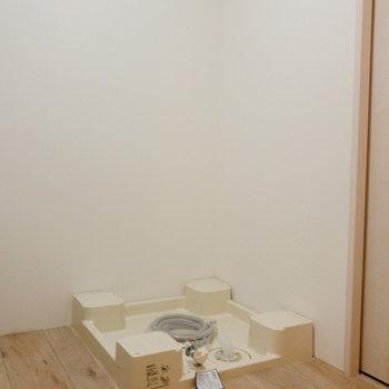 トイレの横には洗濯機置場が。