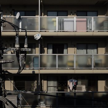 エアコン側の窓からの眺めはご近所さん。