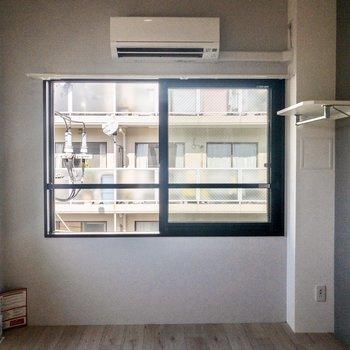 2面の窓から自然の光が入ってきます。