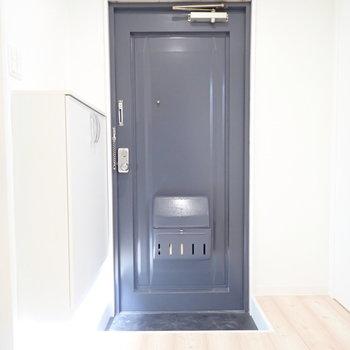 玄関の右の扉は、