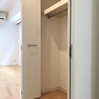 【洋室】長めのコートもかけられます。※写真は4階の同間取り別部屋のものです