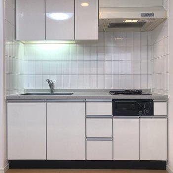 【LDK】白タイルが清潔感ありますね。※写真は4階の同間取り別部屋のものです