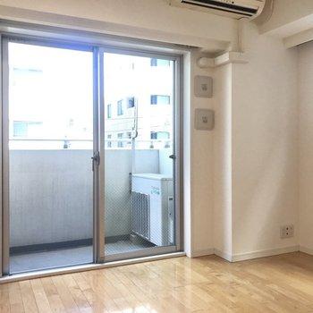 【洋室】このお部屋は2面採光です!※写真は4階の同間取り別部屋のものです