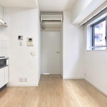 【LDK】小窓から明るく光が差し込みます。※写真は4階の同間取り別部屋のものです
