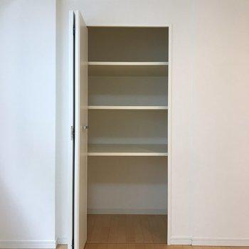 【LDK】仕切りのある収納です。※写真は4階の同間取り別部屋のものです