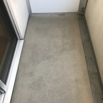 コンパクトなバルコニーですが洗濯物干せます◎※写真は4階の同間取り別部屋のものです