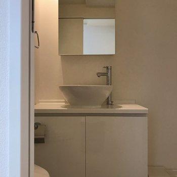 ホテルライクな洗面台。※写真は4階の同間取り別部屋のものです