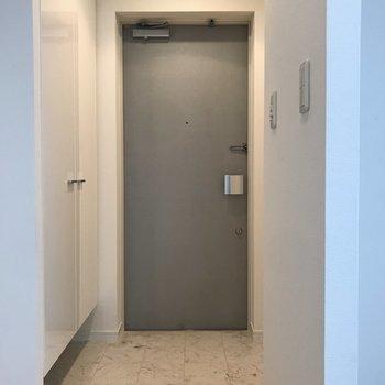 マーブルの床でシックなデザイン。※写真は4階の同間取り別部屋のものです