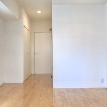 【洋室】ベッドは右側に置こうかな~※写真は4階の同間取り別部屋のものです