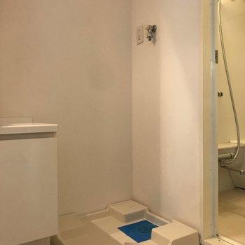 洗濯機は洗面台の右に。※写真は4階の同間取り別部屋のものです