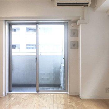 【洋室】木目調の床と優しい自然光の相性◎※写真は4階の同間取り別部屋のものです