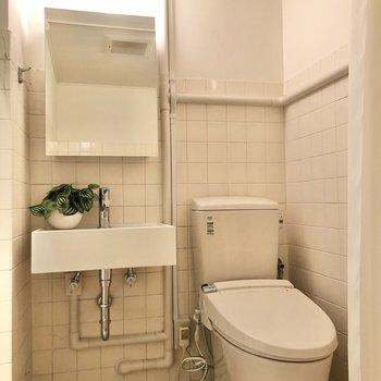 スタイリッシュな洗面台とトイレが並びます。