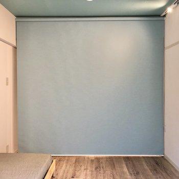 ブルーのロールカーテンで仕切ることもできます。