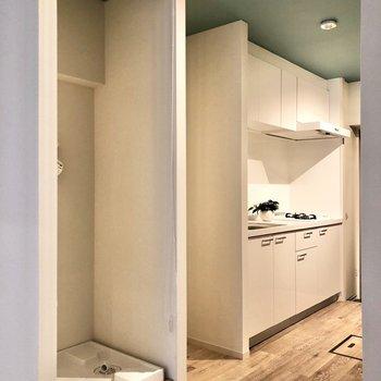 洗濯機置き場もロールカーテンで目隠しすることができますよ。