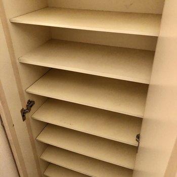 シューズボックスは大容量◎(※写真は清掃前のものです)