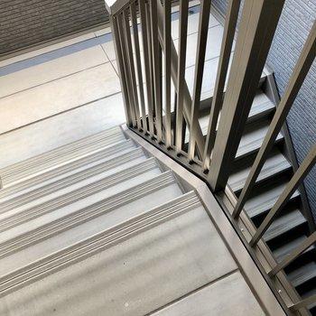 2階のお部屋までは階段です。