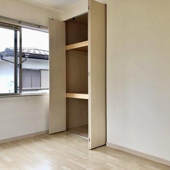 収納は押入れタイプ。3段ボックスなどがあると便利。(※写真は清掃前のものです)