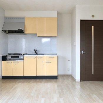 明るいイエローのキッチンが明るい印象。。!(※写真は清掃前のものです)