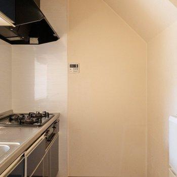 【LDK】右側に冷蔵庫が置けるスペースがありますよ。