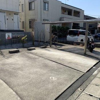 お部屋の前は駐車場と駐輪場。駐輪場は空きがあるようです。
