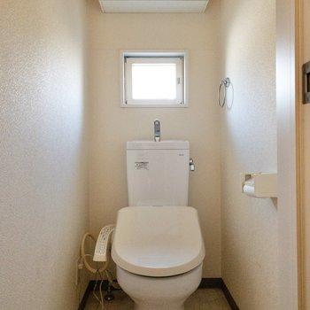 トイレは小窓付き。明るいです。