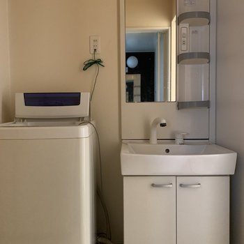 見えていないですが左側の壁には棚も付いています。※洗濯機は付いてきません