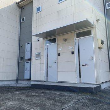 お部屋は左のドアです。