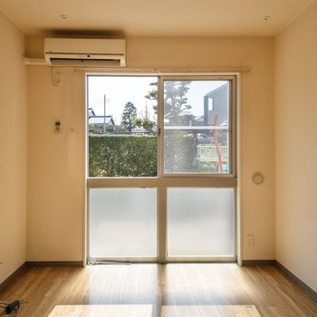【LDK】窓は上部が開く仕組み。