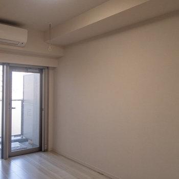 白くて清潔感のある部屋です。※写真は4階の反転間取り別部屋のものです