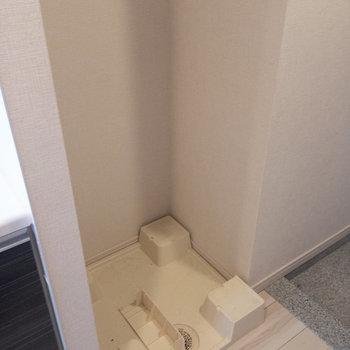 洗濯機置場は玄関入ってすぐ、キッチンの脇に。※写真は4階の反転間取り別部屋のものです