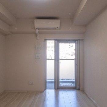 まずはメイン居室へ。※写真は4階の反転間取り別部屋のものです