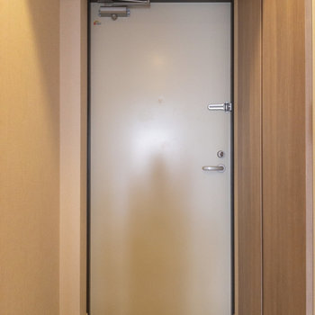 白くてちょっと無愛想な玄関ドアがかわいい。※写真は4階の反転間取り別部屋のものです