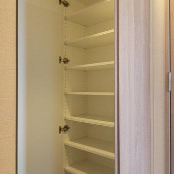 シューズボックスは大容量。※写真は4階の反転間取り別部屋のものです