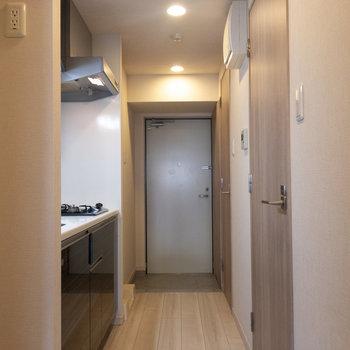 明るい廊下ですね。※写真は4階の反転間取り別部屋のものです