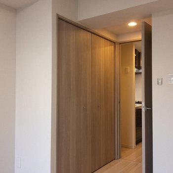 居室入口にましますクローゼットは…※写真は4階の反転間取り別部屋のものです